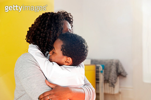 Mother hugging son (4-5) - gettyimageskorea