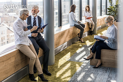 Group of business people working in a hallway of an office building. - gettyimageskorea