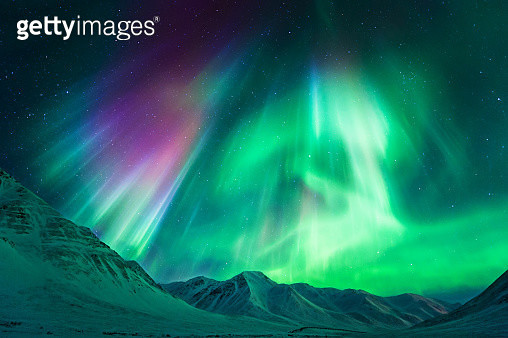 Stong geomagnetic Aurora Borealis (Northern Lights) above Alaskan mountains, Atigun Pass - Dalton highway (North of Fairbanks), Alaska, USA. - gettyimageskorea