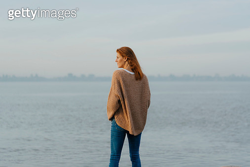 Germany, Hamburg, woman standing at the Elbe shore - gettyimageskorea