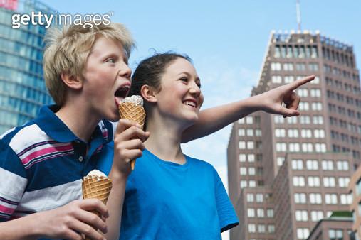 Germany, Berlin, Teenage couple eating ice cream - gettyimageskorea