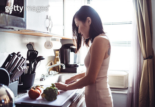 woman preparing the dinner at home - gettyimageskorea