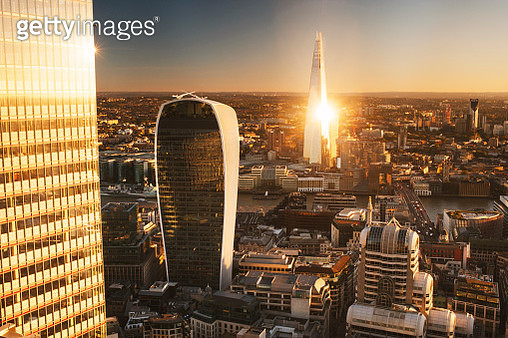 UK, London, city skyline of London Financial District, aerial view over city including The Shard, Tower 42, The Walkie Talkie Tower (20 Fenchurch Street) and The Pinnacle (22 Bishopsgate) at sunset - gettyimageskorea