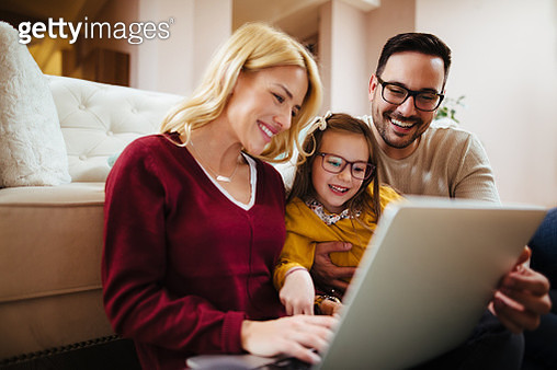 Family using laptop at home - gettyimageskorea