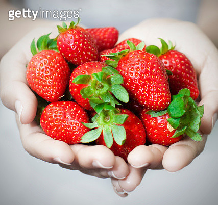 Cropped Hands Of Woman Holding Strawberries - gettyimageskorea