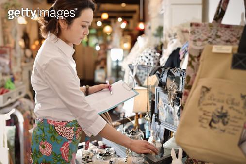 woman working in store - gettyimageskorea