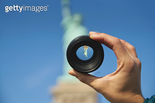 Upside down image of Statue of Liberty looked through camera lens - gettyimageskorea