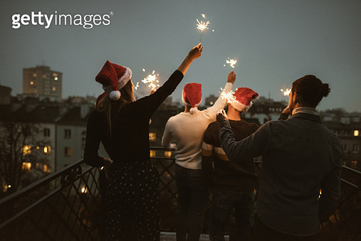 friends celebrate the christmas on the rooftop - gettyimageskorea