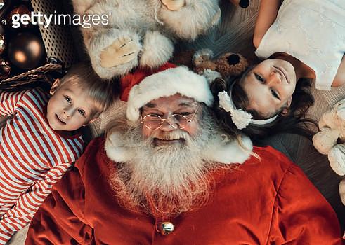 Girl, boy and santa lie on the floor - gettyimageskorea