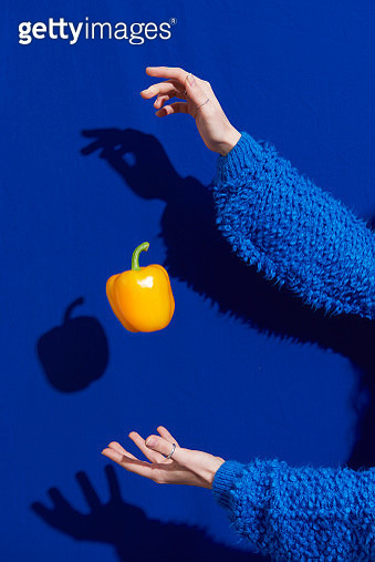 hands with yellow bell pepper - gettyimageskorea