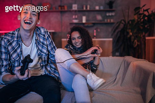 Friends playing video games - gettyimageskorea