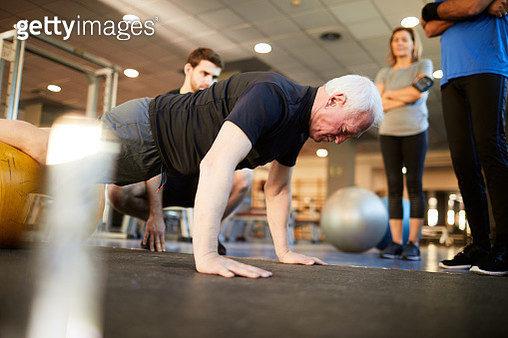 Lifestyle  gym and fitness Barcelona, instructor with middle aged people. - gettyimageskorea