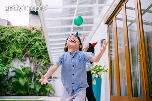 Two Cute Asian Kid Playing Balloon - gettyimageskorea
