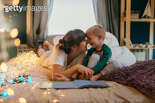 Mom is reading bedtime stories - gettyimageskorea