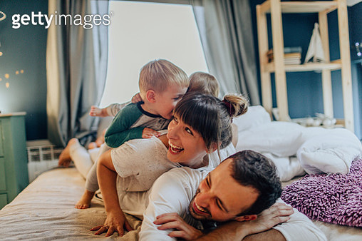 Photo of a young family enjoying their time together in family bedroom on Sunday morning - gettyimageskorea