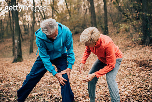 Senior couple exercising man with knee pain - gettyimageskorea