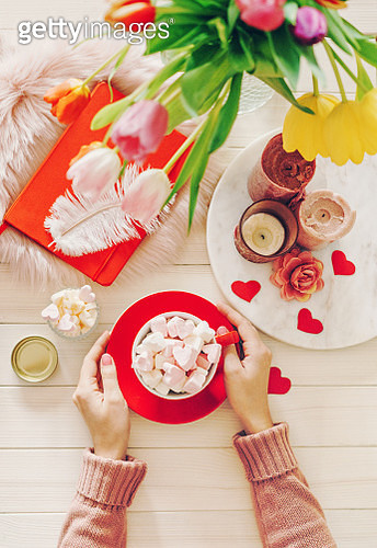Romantic flat lay concept: woman's hands holding cup of cocoa with marshmallows - gettyimageskorea