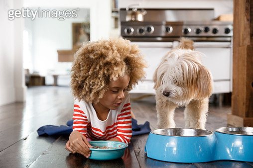 next to her dog eating breakfast - gettyimageskorea