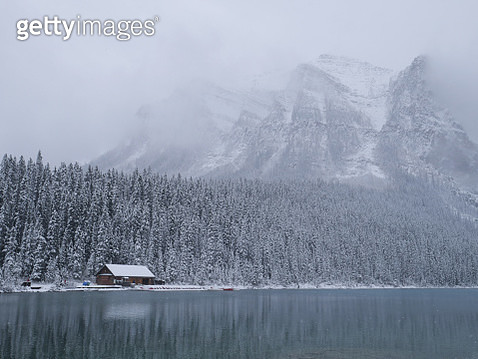 Lake and hut in the winter time , lake louise - gettyimageskorea