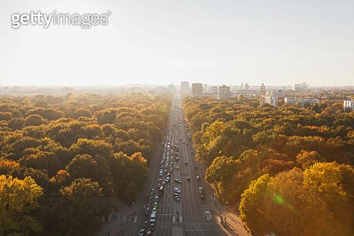 Germany, Berlin, view to Grofler Tiergarten with Strasse des 17. Juni  from Victory Column in autumn - gettyimageskorea