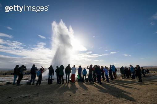 Tourists watching Strokkur Geysir eruption in Golden Circle Iceland - gettyimageskorea