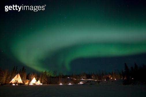 January 17, 2007 - Aurora above Aurora Village, Aurora Lake, Yellowknife, Northwest Territories, Canada. - gettyimageskorea