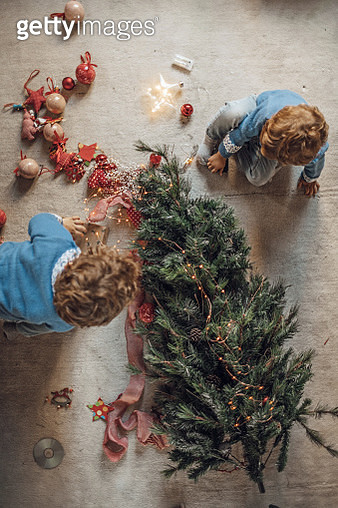 Boys playing with Christmas decorations - gettyimageskorea