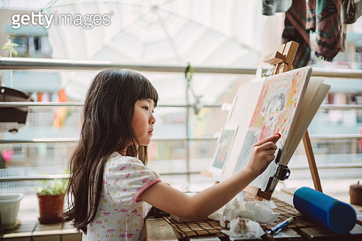 Little girl enjoying drawing on the balcony. - gettyimageskorea