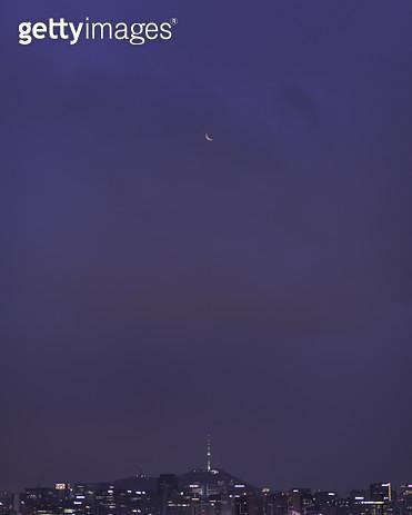 도시 위에 뜬 달 - gettyimageskorea
