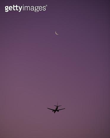 하늘을 날고있는 비행기 - gettyimageskorea