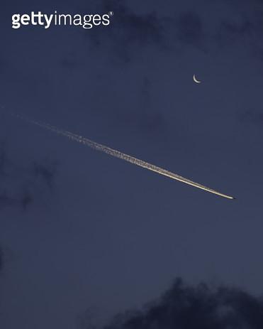 달과 비행운 - gettyimageskorea