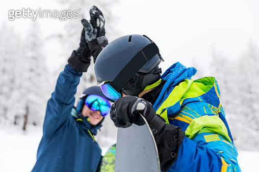 Snowboarder in the Alps - Group of friends having fun in a winter vacation - gettyimageskorea