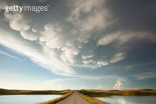 Mammatus storm clouds over a prarie dirt road, Saskatchewan, Canada - gettyimageskorea