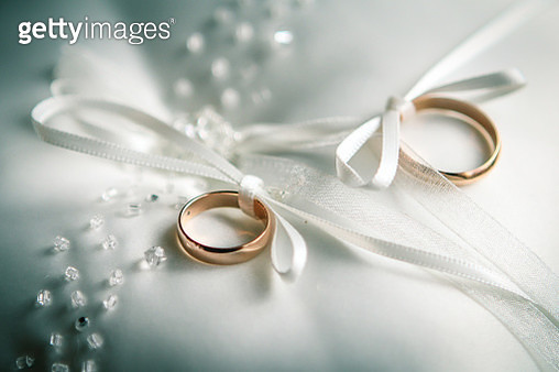 Close-Up Of Wedding Rings On Table - gettyimageskorea