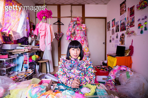 A female contemporary artist working in her studio creating art with textiles - gettyimageskorea