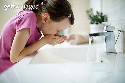 Little girl washing her face with water - gettyimageskorea