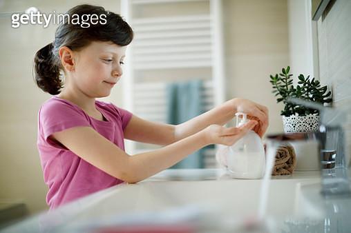 Young girl applying antiseptic hand sanitizer - gettyimageskorea
