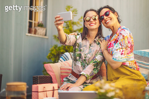 Mother and daughter are taking selfies - gettyimageskorea
