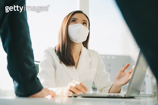 Asian thai businesswoman in white formal shirt talking on the phone at office building. - gettyimageskorea