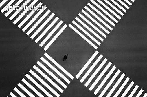 Aerial view of people crossing a big intersection in Ginza, Tokyo, Japan - gettyimageskorea