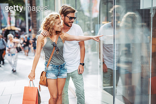 Adult Australian couple shopping in the city - gettyimageskorea