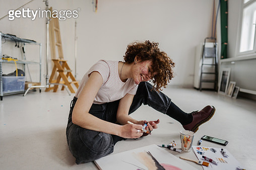 Gen Z girl painting at home - gettyimageskorea