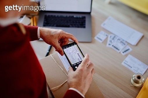 Senior man small is scanning a bar code with smartphone - gettyimageskorea