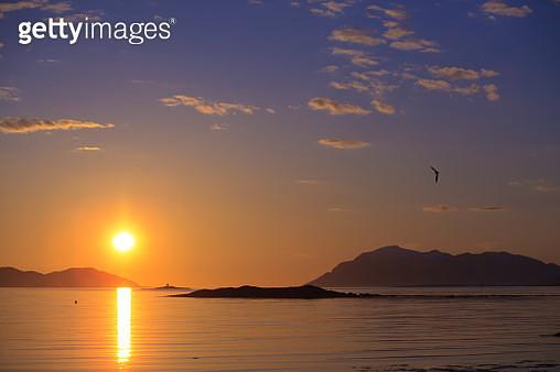 Midnight above the Norwegian Sea in Norway. - gettyimageskorea