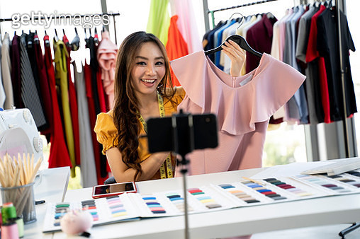Beautiful asian woman blogger is showing and review product.In front of the smartphone camera to recording vlog video live streaming at home.Business online influencer on social media concept. - gettyimageskorea