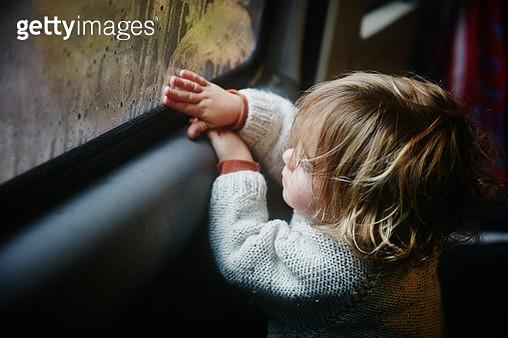 Boy drawing on condensation on window in camper - gettyimageskorea