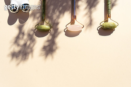 Beauty products for face massage in nature with shadows.. - gettyimageskorea
