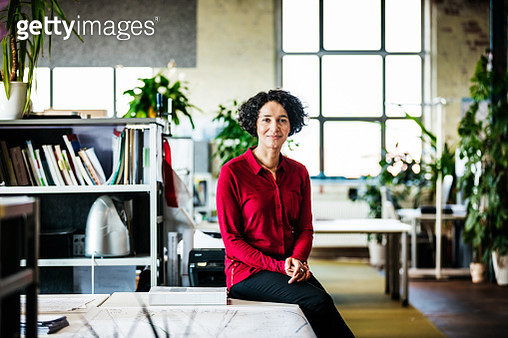 Portrait Of An Office Manager Leaning On Desk - gettyimageskorea