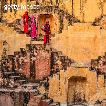 Indian women carrying water from stepwell near Jaipur - gettyimageskorea