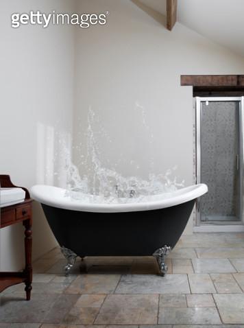 Splash of water in claw-foot bath - gettyimageskorea